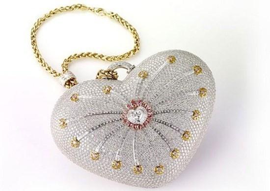 Sự kết hợp khéo léo của các viên kim cương.
