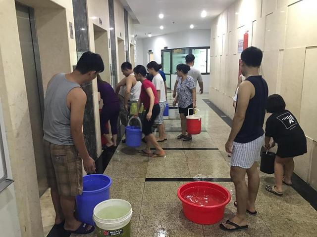 Nổi khổ của người dân khi phải xách từng xô nước sinh hoạt cứu trợ khi bị mất nước. (Ảnh dantri)