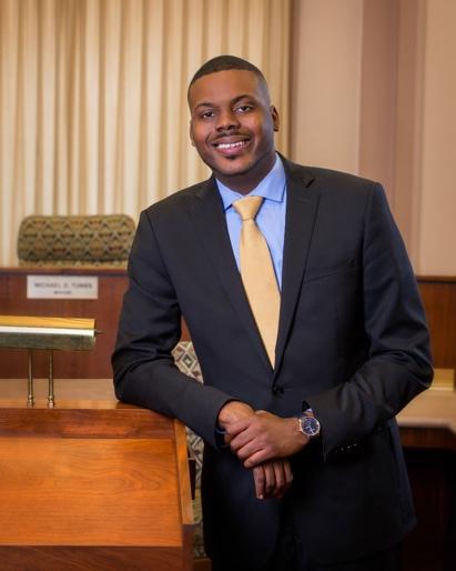 """Tubbs sinh ra và lớn lên ở Stockton và được bầu vào Hội đồng thành phố ở tuổi 22. Ý tưởng về thu nhập cơ bản của anh đến từ cuốn sách cuối cùng của Tiến sĩ Martin Luther King, """"Where Do We Go From Here: Chaos or Community?"""" Trong cuốn sách, King đã viết: """"Giải pháp cho đói nghèo chính là mức thu nhập được đảm bảo""""."""