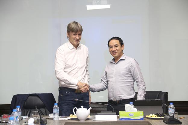 Đại diện TASECO Airs (bên phải) và đại diện Quỹ PENM IV ký Biên bản thỏa thuận