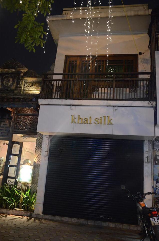 Cửa hàng Khaisilk tại 26 Nguyễn Thái Học, Hà Nội chiều 26/10 đóng cửa sớm hơn thường lệ.