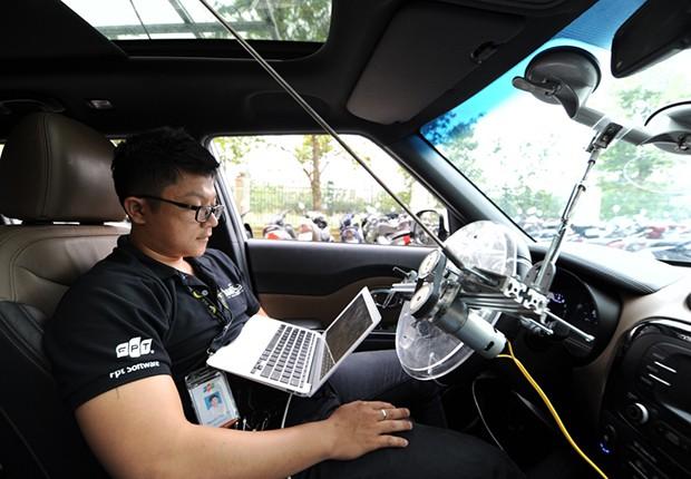 Kỹ sư trẻ Thái Vin đang theo dõi dữ liệu trên máy tính trong khi xe chạy với tốc độ hơn 20km/h ở khuôn viên tòa nhà F-Town, quận 9. Nhiệm vụ của Vin hay các đồng nghiệp team ADAS đằng sau vô lăng của những chiếc xe ứng dụng công nghệ tự lái được thử nghiệm tại FPT là những tài xế có nhiệm vụ kiểm soát mức độ an toàn.