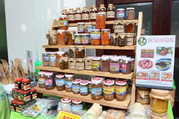 Quầy Mắm bà giáo khỏe 55555 tại Phiên chợ xanh tử tế ở TP HCM.