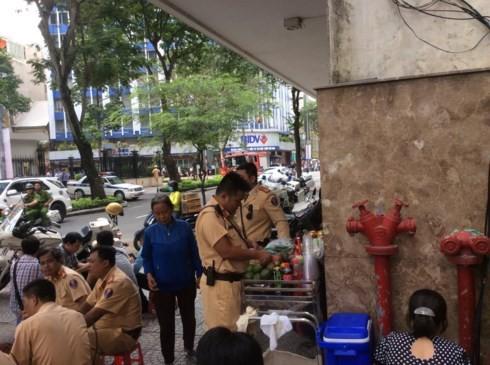 Lực lượng cảnh sát tự phục vụ nước vì bà chủ làm không kịp do... quá tải.