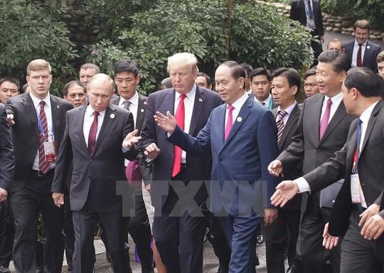 Các nhà lãnh đạo đi dạo đến điểm chụp hình. Ảnh: TTXVN
