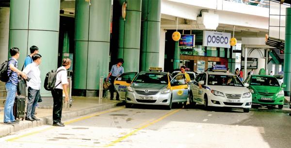 Hiện có 14 doanh nghiệp taxi đang được nhượng quyền khai thác tại sân bay Nội Bài - Ảnh: Tạ Tôn