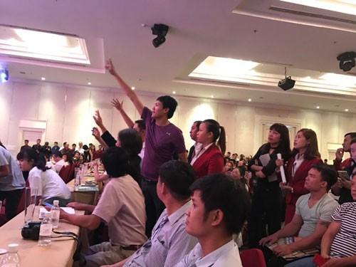 Khi Chủ tịch HĐQT Công ty Địa ốc Alibaba Nguyễn Thái Luyện (trên) diễn thuyết ở lễ mở phân phối dự án hôm 26-11, ông Kiều Thanh Thụy giơ tay chất vấn nhưng bị cắt ngang Ảnh: Sơn Nhung