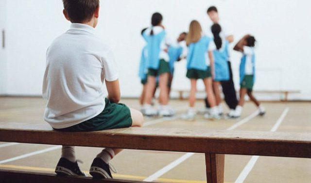 Trẻ tự ti thường không hứng thú với việc giao lưu bạn bè và cảm thấy đó là một điều gì đó đáng sợ, cần phải đề phòng (Ảnh minh họa).