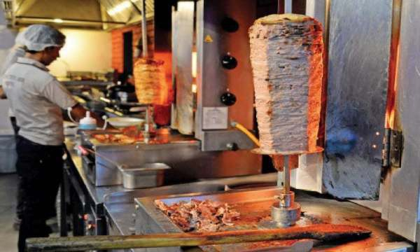 Loại thịt được kẹp trong bánh doner kebab có sử dụng hợp chất chứa gốc phốt-phát.