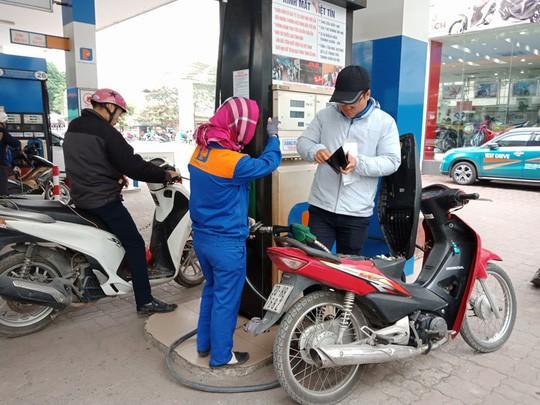 Một cây xăng của Petrolimex địa bàn quận Cầu Giấy, Hà Nội đã chuyển sang bán xăng E5