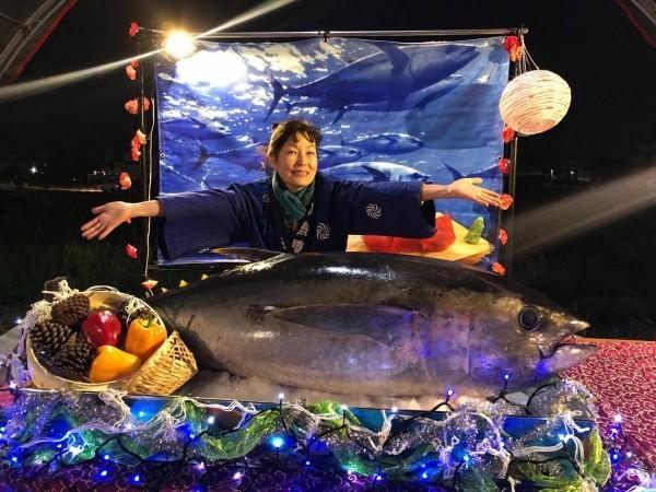 Nguyên một con cá biển dài cả mét được dùng cho bữa tiệc.