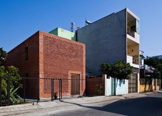 Trên diện tích chỉ 80m2, ngôi nhà được thiết kế vô cùng đặc biệt và có hình dáng lạ mắt.