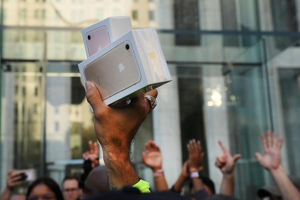 Đơn kiện của bà Mailyan cho rằng Apple làm vậy một phần để kích cầu mua sắm iPhone mới của người dùng