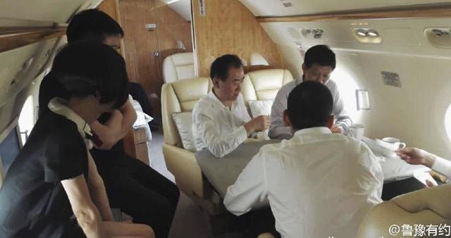 Ông có thói quen chơi đấu địa chủ trên máy bay riêng mỗi khi di chuyển. Ảnh:China Money Network.