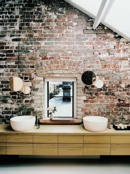 Không gian nơi phòng tắm cũng là lựa chọn lý tưởng cho mảng tường gạch mộc. Không khó để kết hợp với những chất liệu trang trí khác vì tính chất tự nhiên và thô mộc của gạch đất nung.