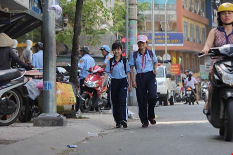 Học sinh đi bộ dưới lòng đường trên đường Nguyễn Trãi.
