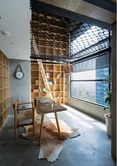 Tại góc nhỏ này chủ nhà vừa có thể đọc sách, làm việc, cũng có thể ngắm cảnh thành phố bên ngoài và nghe chim hót.