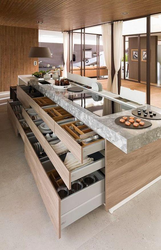 Nhà bếp luôn được bố trí tủ, kệ và đảo bếp khoa học có chức năng lưu trữ nhiều vật dụng với hệ thống ngăn kéo đa năng. (Ảnh Pinterest).
