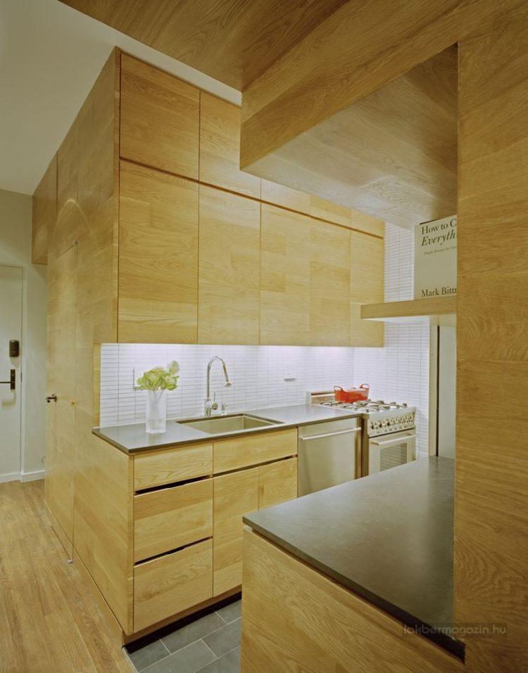 Góc bếp ăn rộng thoáng và vô cùng sạch sẽ. Thay vì ốp gỗ như các không gian khác, sàn nhà nơi đây được lát gạch tối màu.