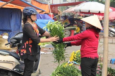 Cô Nguyễn Thị Oanh (phố Định Công, Q.Hoàng Mai) chia sẻ: Cứ độ tháng tư này, tôi thường chọn hoa loa kèn vì hoa này bền, để được lâu, lại thơm dịu dàng.