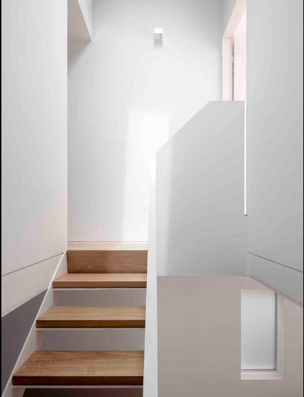Không gian tầng 2 là nơi nghỉ ngơi riêng tư với hai phòng ngủ, khu vệ sinh chung và một khoảng sân vườn nhỏ.