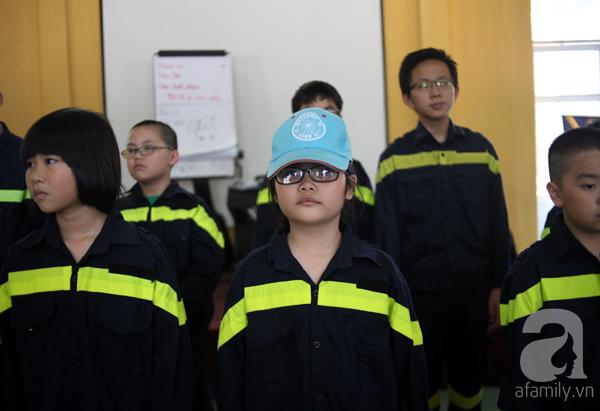 Khoảng gần 11h, 87 học sinh có mặt tại cơ sở II trường ĐH Phòng cháy, Chữa cháy. Ngay sau khi đặt chân đến nơi, các em đã nhanh chóng tập trung học điều lệnh của lực lượng Công an nhân dân.