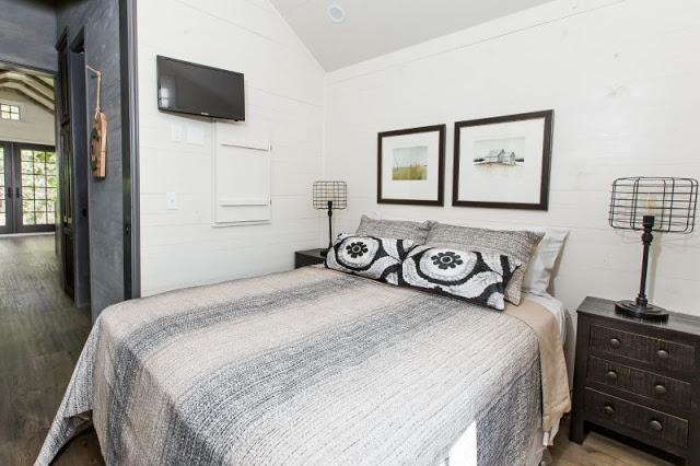 Phòng ngủ rộng thoáng được trang bị cả ti vi treo tường.