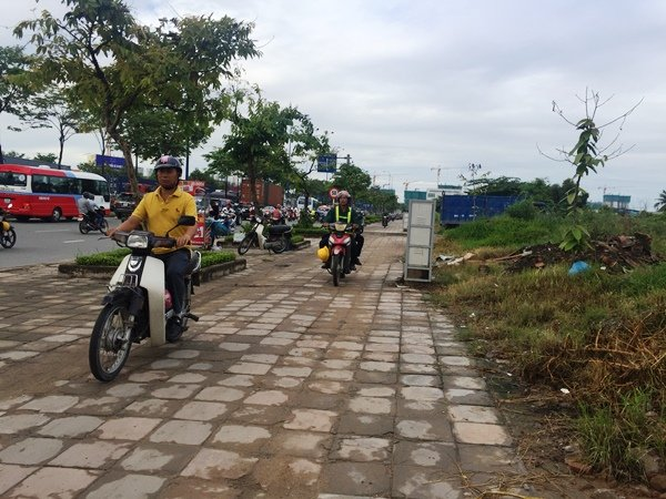 Nhiều người cho xe chạy lên lề đường, quay đầu tìm hướng đi khác để thoát khỏi cảnh ùn tắc trên đường Mai Chí thọ
