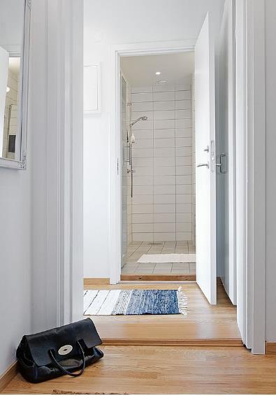 Phòng tắm, khu vệ sinh của ngôi nhà được bố trí hợp lý, kín đáo cạnh cửa ra vào.