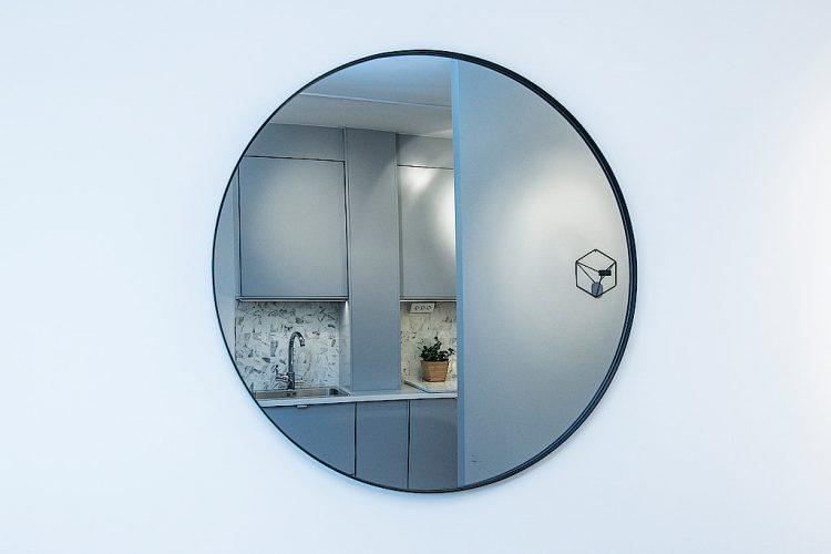 Chiếc gương hình dáng đặc biệt này vừa có vai trò trang trí nhưng nó cũng tạo chiều sâu cho không gian.