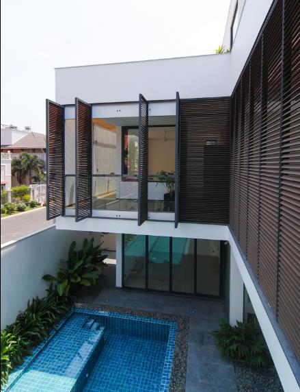 Thiết kế ấn tượng trong ngôi nhà này phải kể đến hệ rèm gỗ đặc biệt bao quanh toàn bộ khu vực phía trước của công trình.