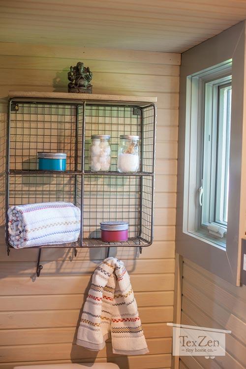 Một góc nhỏ cạnh cửa sổ được gắn giá treo để đồ vô cùng tiện lợi.