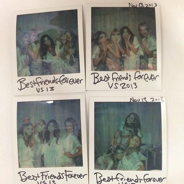 Tất nhiên không thể quên ghi lại những khoảnh khắc đáng nhớ bên hội bạn thân này rồi. Và Taylor Swift thì rất thích chụp lại những kỷ niệm bằng chiếc máy ảnh Polaroid 70 USD của cô
