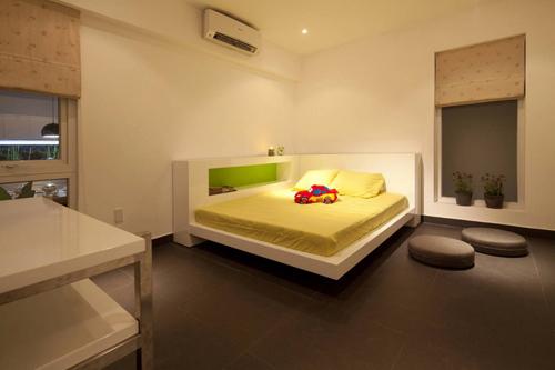 Một phòng ngủ nhỏ tuyệt đẹp dành cho bé trai đặt trên tầng 2.