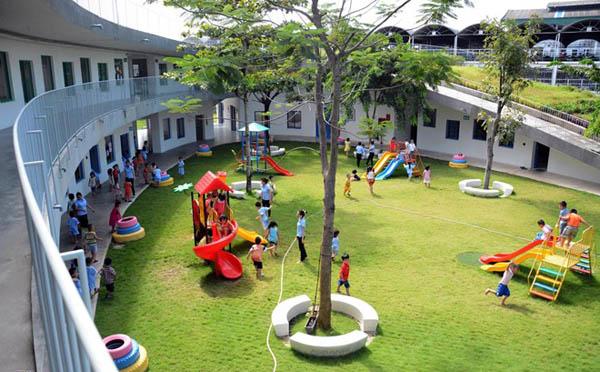 Không gian ngoài trời là sân chơi rộng thoáng, an toàn cho trẻ.