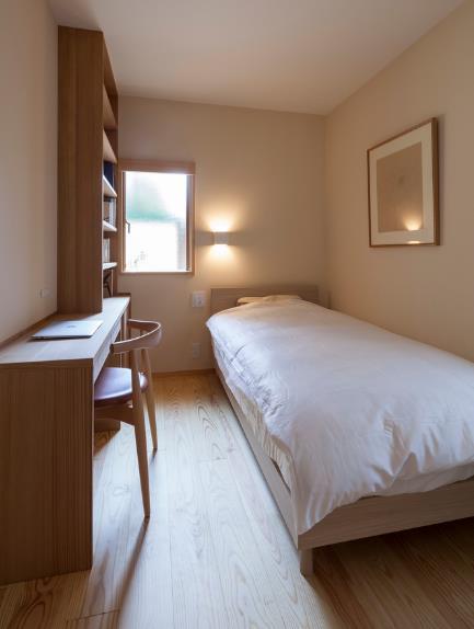 Một phòng ngủ đơn được thiết kế tuyệt đẹp tràn ngập ánh sáng.