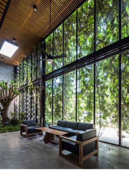 Bức tường kính giúp không gian rộng mở không bị hạn chế tầm nhìn.