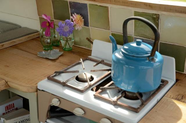 """Khu vực bếp và bồn rửa được thiết kế đối diện nhau, vừa tiết kiệm diện tích cho """"ngôi nhà"""", vừa tiện lợi khi sử dụng."""
