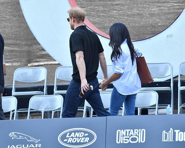 Hoàng tử Harry lại đặc biệt hay nắm tay bạn gái.