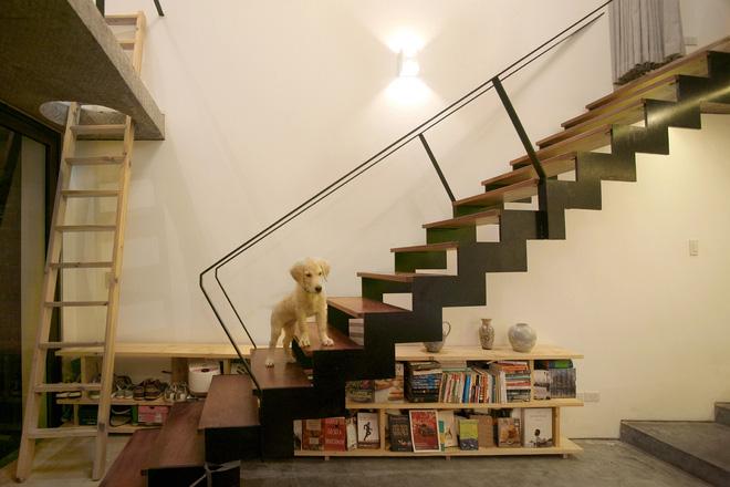 Một cầu thang bằng sắt với bề mặt gỗ là lối duy nhất dẫn lên tầng lửng. Toàn bộ vật liệu để làm ngôi nhà này đều là những vật liệu tự nhiên, mộc mạc vừa mang lại sự gần gũi, đơn giản mà vô cùng thoải mái cho gia chủ.