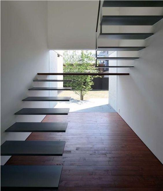 Với những gia đình không có trẻ nhỏ thì chiếc cầu thang này là lựa chọn thông minh giúp không gian trở nên gọn gàng, thông thoáng.
