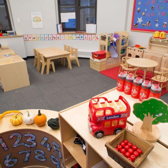 Phòng học đầy đủ dụng cụ và được bài trí bắt mắt giúp thu hút các bé tập trung học.