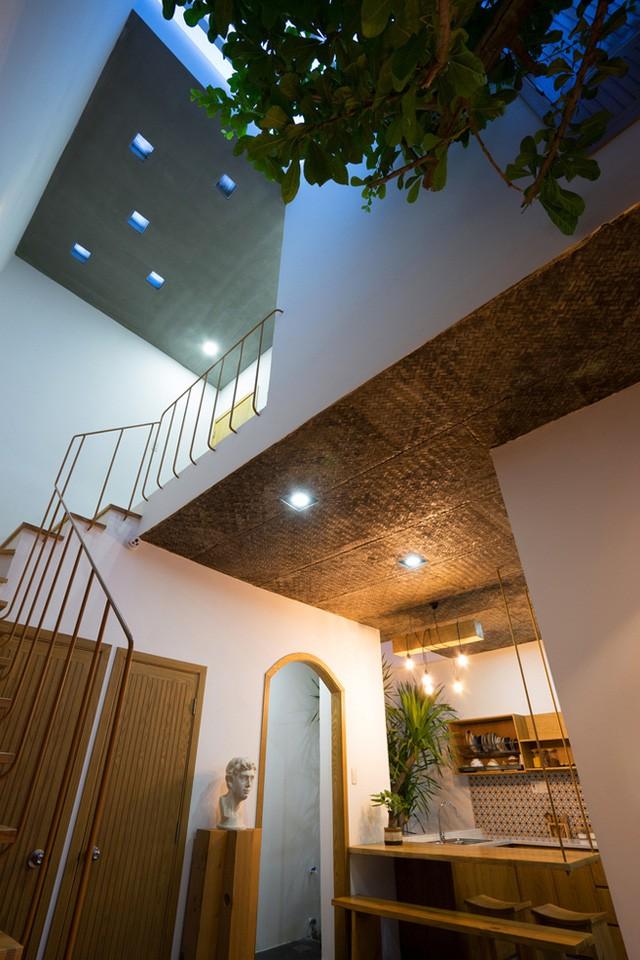Sự kết hợp ấn tượng giữa nội thất gỗ sáng màu và nền láng xi măng bóng nhẵn cộng thêm trần bê tông thô tạo nên một không gian mát mẻ, thân thiện và vô cùng gần gũi.