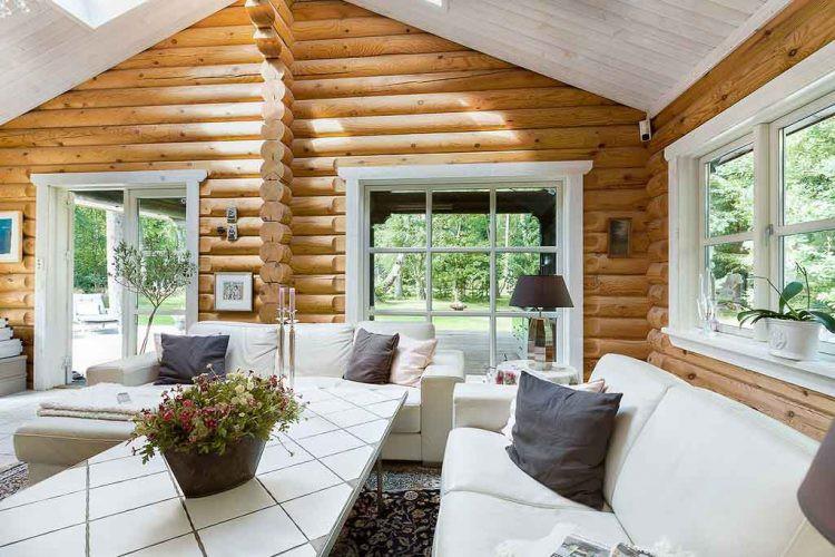 Phòng khách êm ái với view nhìn ra bên ngoài tuyệt đẹp.