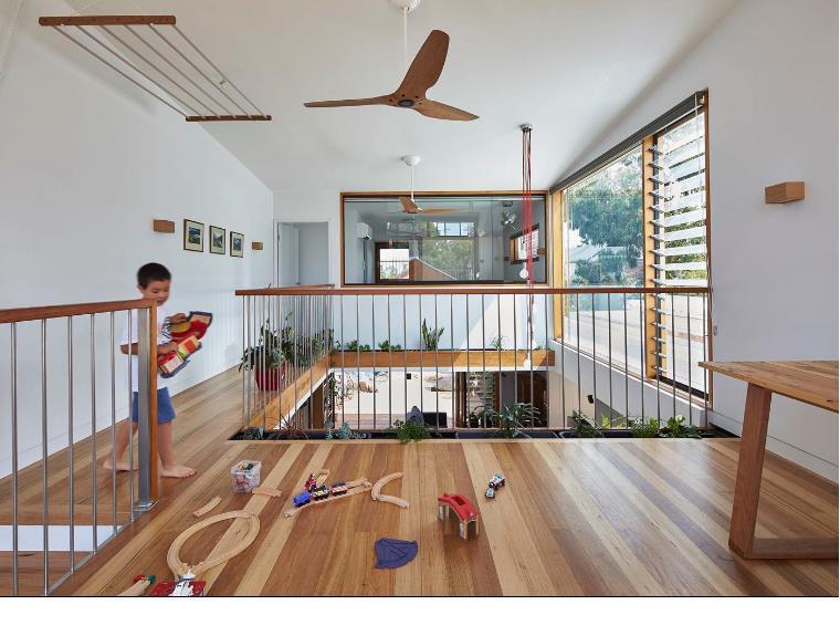 Đối diện bên kia là một phòng ngủ nhỏ. Cây xanh được chủ nhà khéo léo trồng quanh khoảng thông tầng tạo không gian xanh mát thổi bừng sức sống cho ngôi nhà.