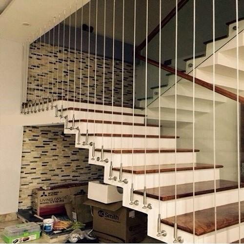 Thời gian thi công cầu thang nhanh chóng, không cần sử dụng các mối hàn dành cho kim loại, hay lắp ráp cầu kì như cầu thang gỗ.