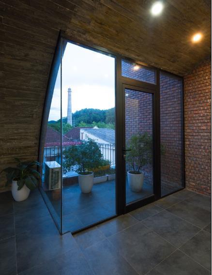 Nhờ hệ cửa kính lớn mà nơi đây còn có vai trò như cửa sổ lớn mang ánh sáng đến mọi ngõ ngách tầng 2.