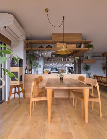 Bộ bàn ghế ăn đơn giản với chất liệu gỗ sáng màu, kiểu dáng thanh thoát.