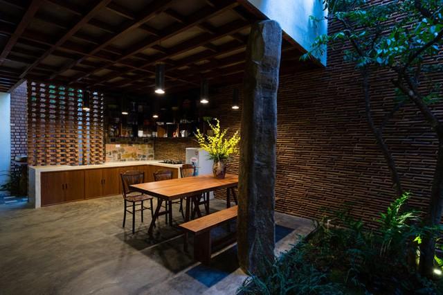 Khu vực bàn ăn được giành một vị trí đẹp và thoáng sáng nhất trong nhà.
