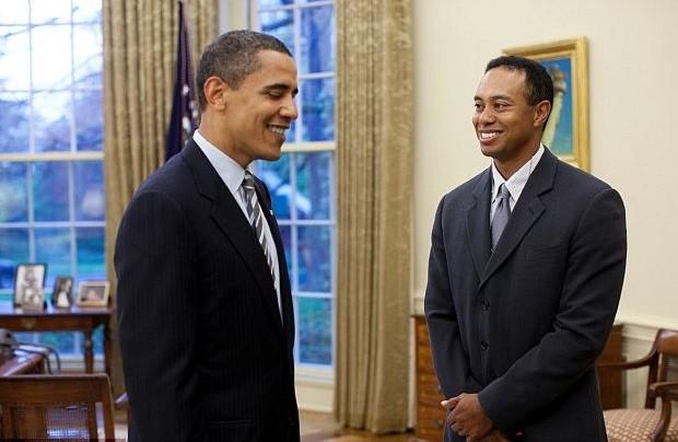 Dù Tiger Woods chưa bao giờ công khai ủng hộ Barack Obama, cả hai từ lâu là những người bạn tốt. Obama từng nhiều lần tỉ thí với Tiger Woods và mời tay golf lừng danh đến Nhà Trắng. Bức ảnh chụp Obama và Woods ở Nhà Trắng năm 2009. Ảnh: White House.